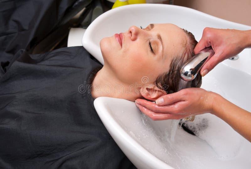 Cheveu de lavage de femme de styliste image libre de droits