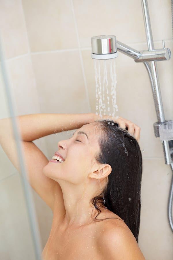 Cheveu de lavage - femme de douche images libres de droits
