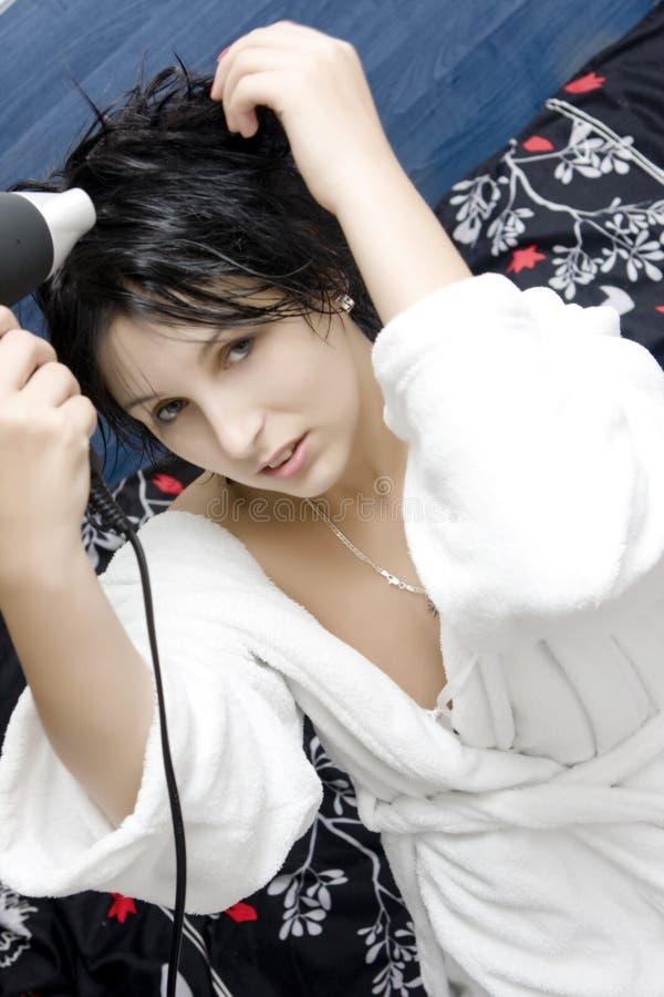 Cheveu de séchage de femme photographie stock libre de droits