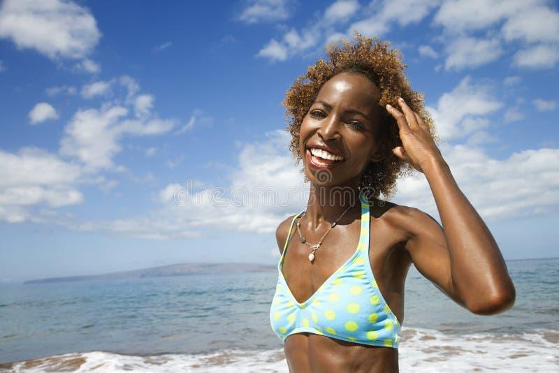 Cheveu de sourire et touhing de femme. photographie stock libre de droits
