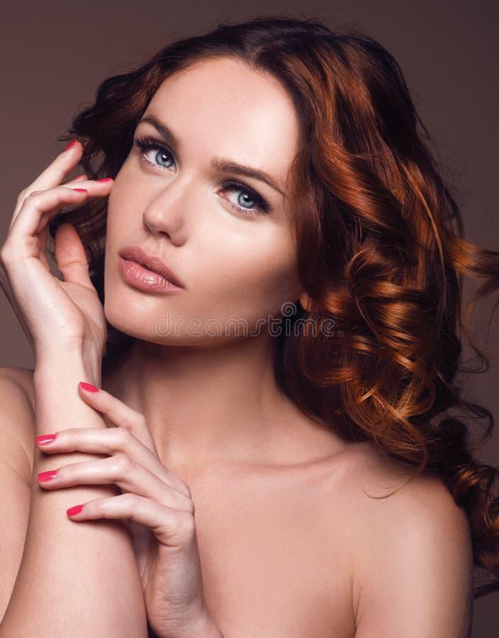 cheveu Femme de beauté avec les cheveux bouclés sains et brillants très longs images libres de droits