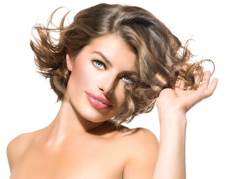 Cheveux émouvants de jeune femme images stock