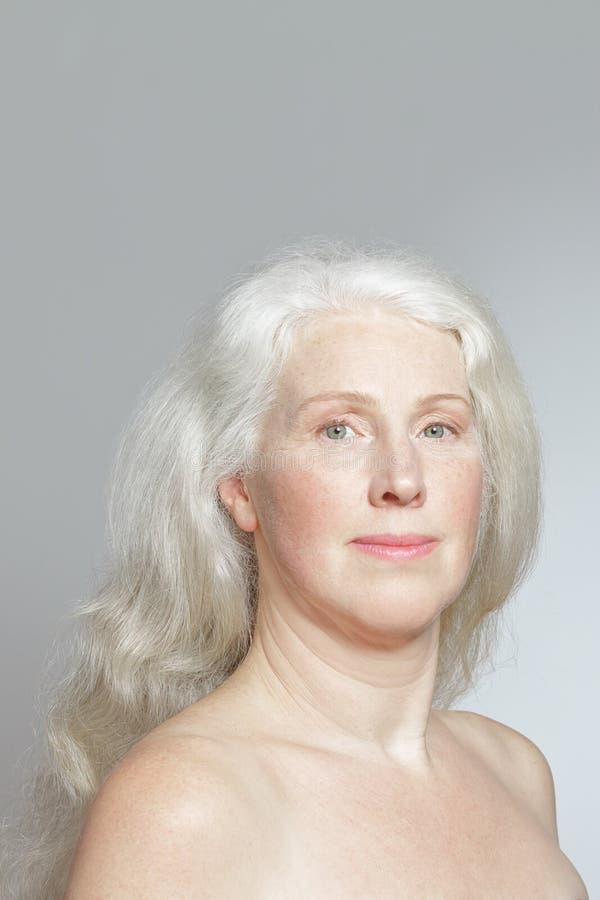 Cheveux blancs de femme mûre de portrait longs image stock