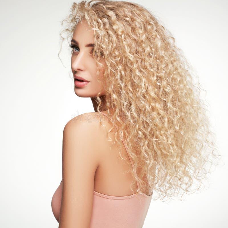 Cheveux blonds. Belle femme avec de longs cheveux bouclés. De haute qualité images libres de droits