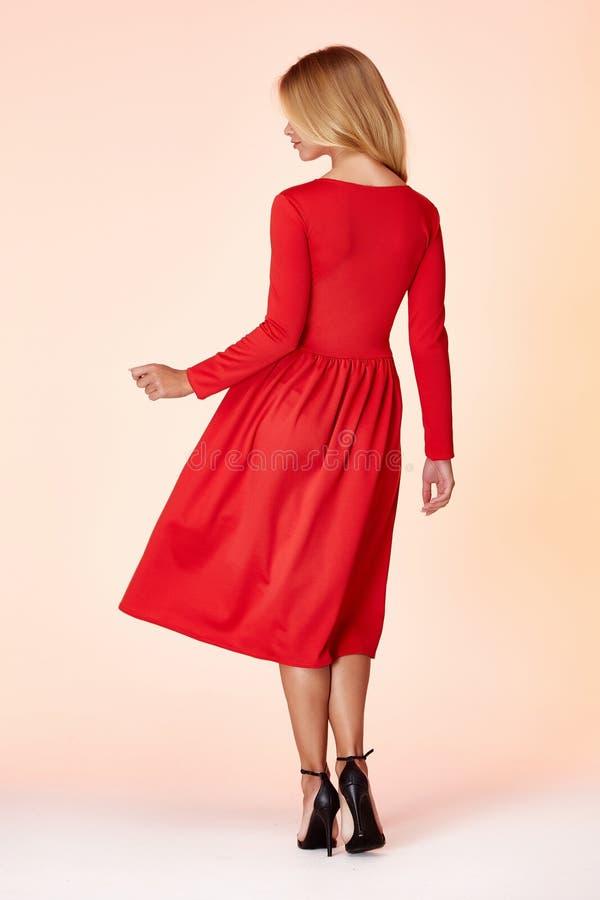 Cheveux blonds de forme parfaite de corps de femme de style de mode porter secrétaire modèle occasionnel d'élégance courte maigre image stock