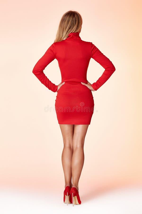Cheveux blonds de forme parfaite de corps de femme de style de mode porter secrétaire modèle occasionnel d'élégance courte maigre photographie stock
