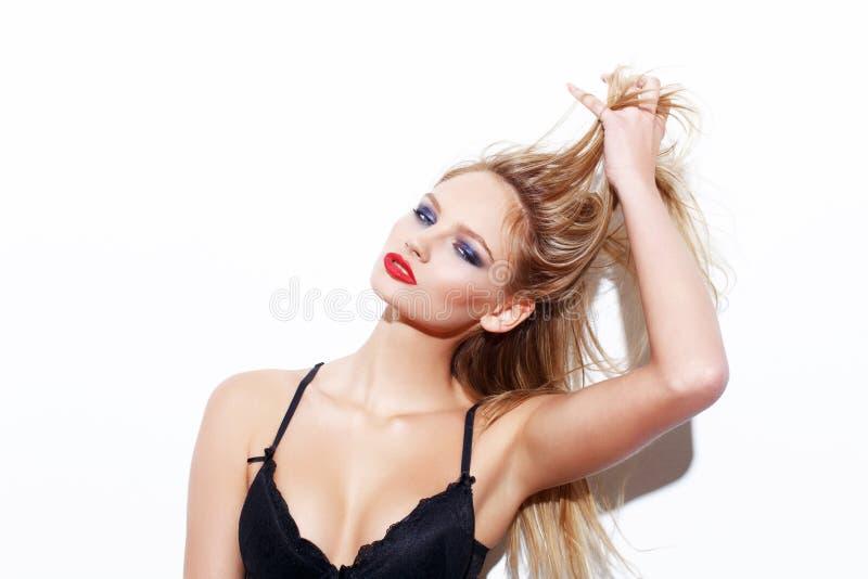 Cheveux blonds sexy de traction de femme image libre de droits