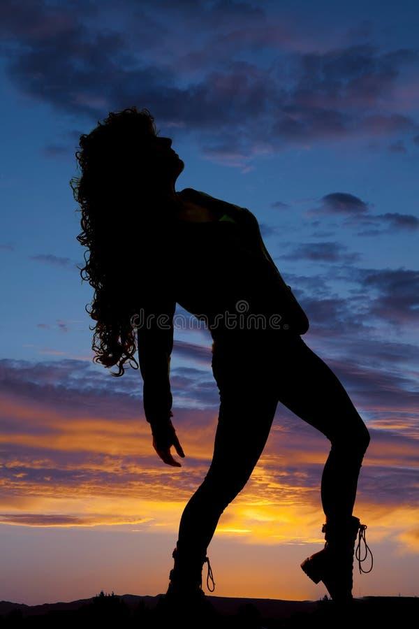 Cheveux bouclés de femme de silhouette se penchant de retour image stock