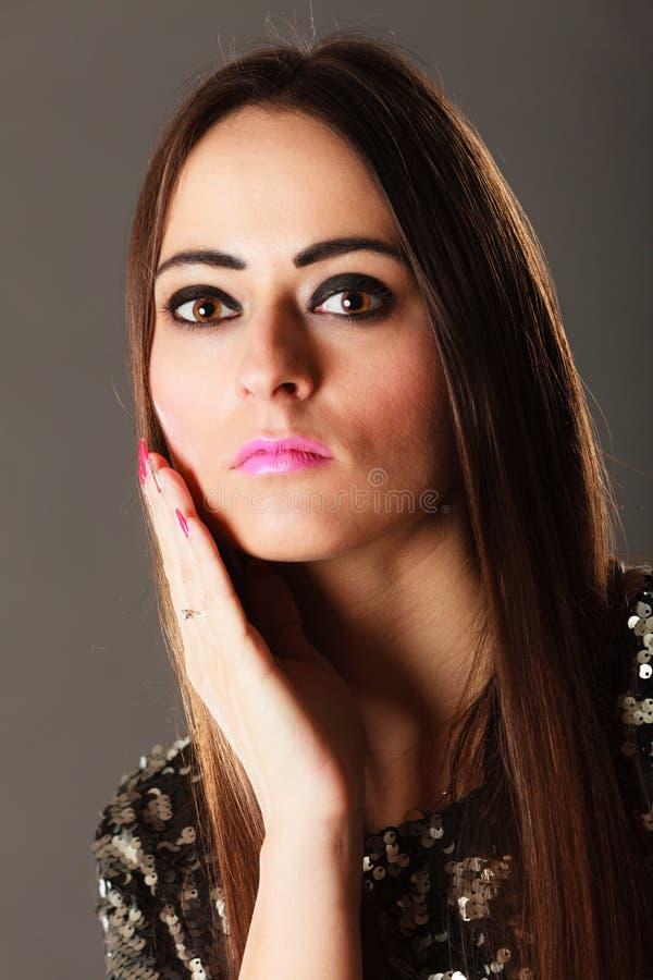 Cheveux de fille songeuse de brune de portrait longs images libres de droits