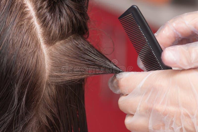 Cheveux de kératine se redressant à la maison photographie stock