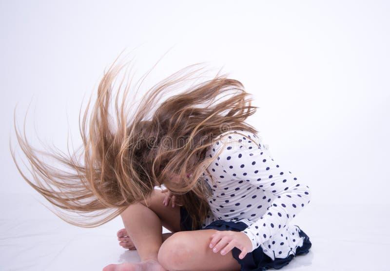 Cheveux de lancement de petite fille en avant photo stock