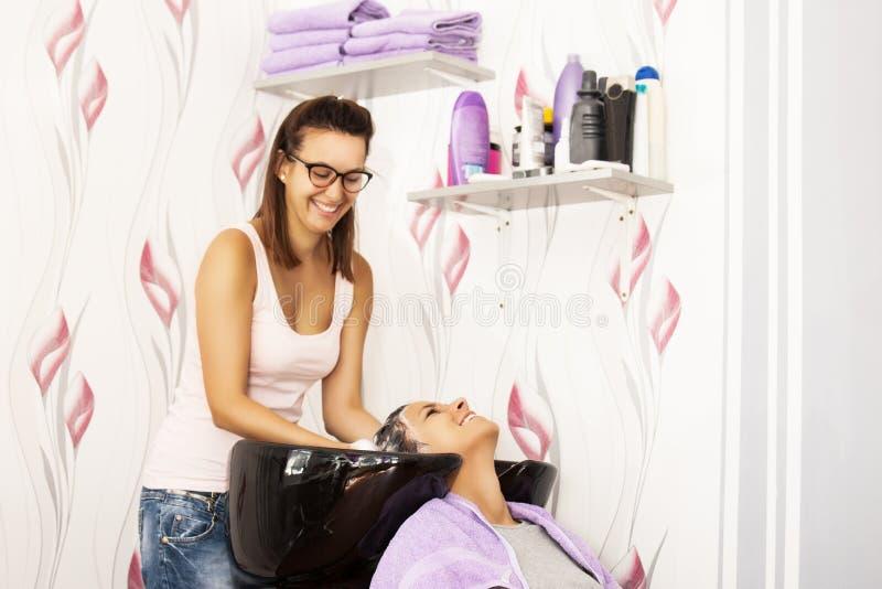 Cheveux de lavage au coiffeur images stock