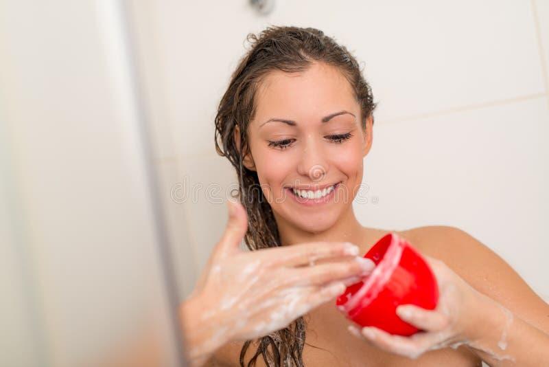 Cheveux de lavage de fille image stock