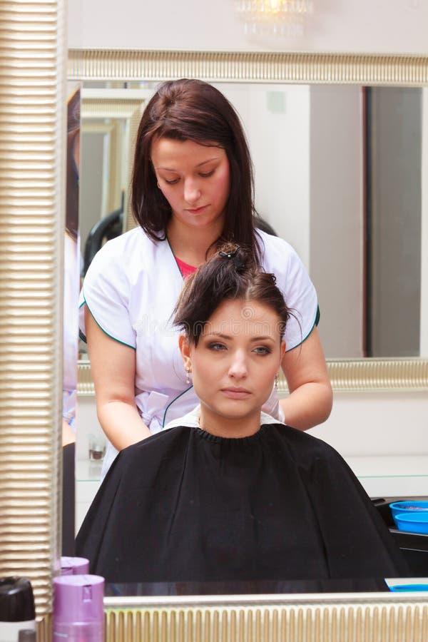 Cheveux de mort de femme dans le salon de beauté de coiffure. Par le styliste en coiffure. images stock