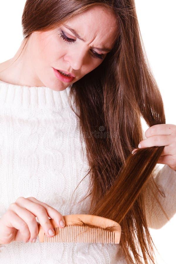Cheveux de peign?e et de tractions de femme photographie stock libre de droits