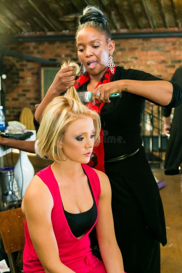 Cheveux des coulisses et maquillage à l'événement images libres de droits