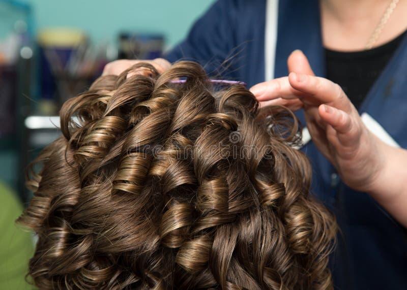 Cheveux du ` s de femmes dans le salon images stock