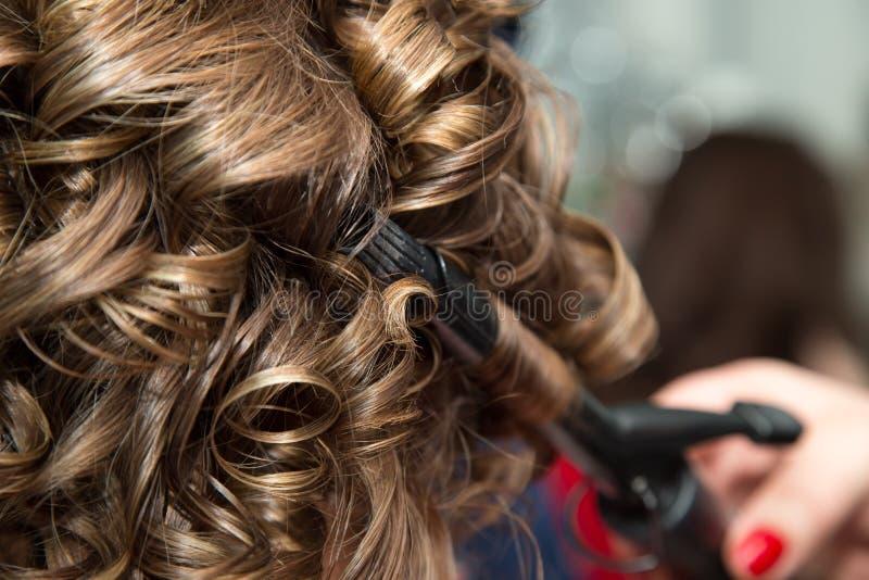 Cheveux du ` s de femmes dans le salon photo stock