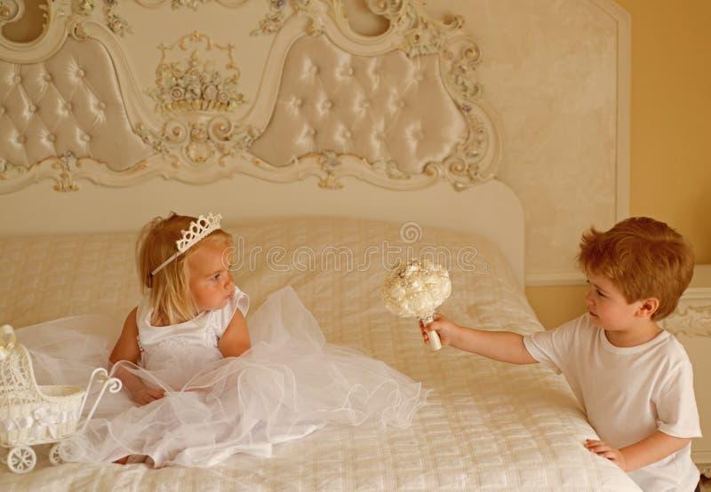 Cheveux et inspiration Garçon de page avec le groupe de mariage de prise de cheveux blonds Peu couronne et coiffure de diadème d' images stock