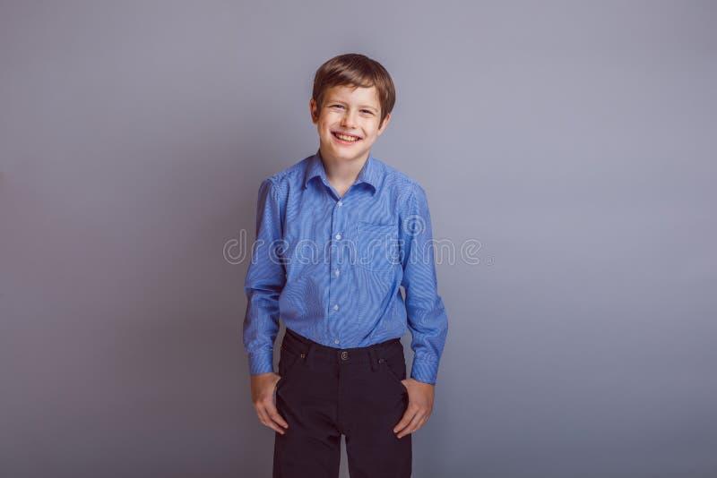 Cheveux européens de brun d'aspect d'adolescent de garçon image stock