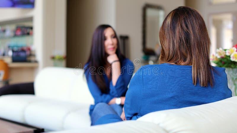 Cheveux foncés de docteur féminin professionnel de psychologue avec le patient Mère et fille partageant un temps positif photographie stock