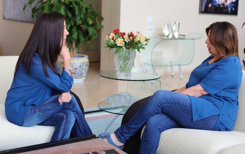 Cheveux foncés de docteur féminin professionnel de psychologue avec le patient Mère et fille partageant un temps positif images libres de droits