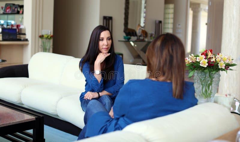 Cheveux foncés de docteur féminin professionnel de psychologue avec le patient Mère et fille partageant un temps positif photos stock
