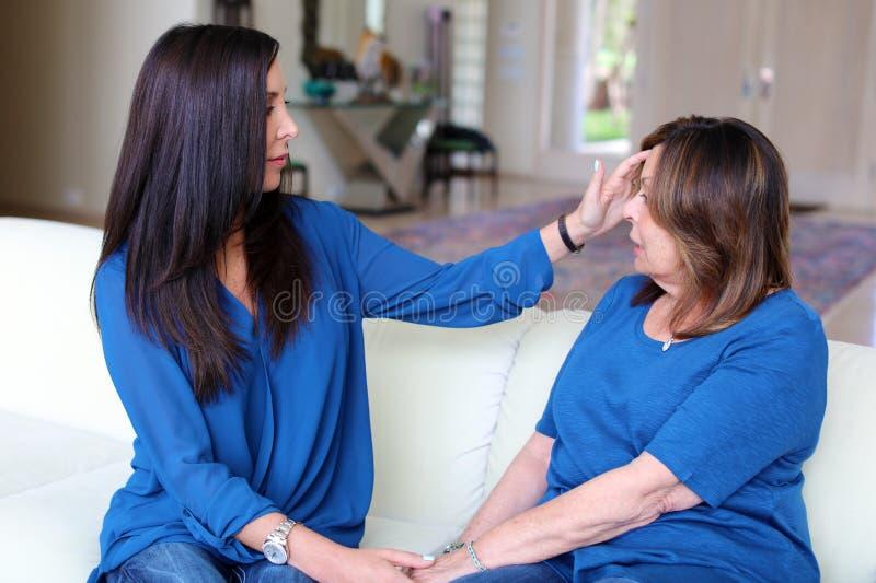 Cheveux foncés de docteur féminin professionnel de psychologue avec le patient Mère et fille partageant un temps positif photo libre de droits