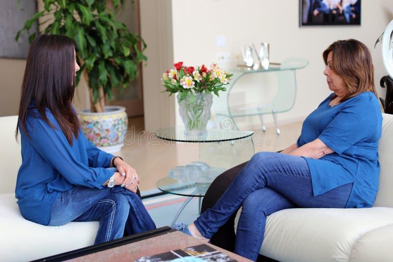 Cheveux foncés de docteur féminin professionnel de psychologue avec le patient Mère et fille partageant un temps positif photos libres de droits