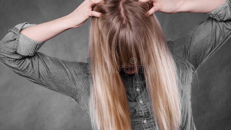 Cheveux furieux de traction de femme hors de tête images libres de droits