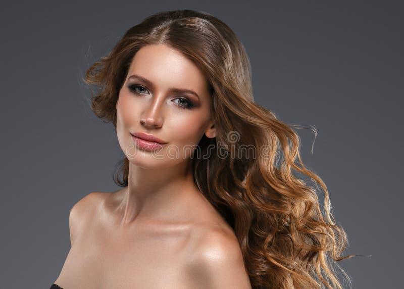 Cheveux noirs de femme de beauté longs Belle fille de modèle de station thermale avec la peau propre fraîche parfaite Femme de br images libres de droits