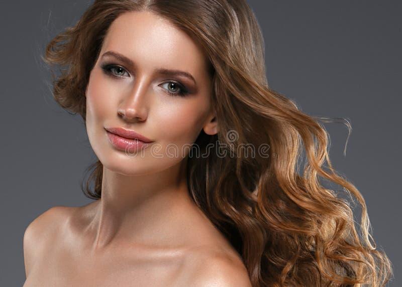 Cheveux noirs de femme de beauté longs Belle fille de modèle de station thermale avec la peau propre fraîche parfaite Femme de br photos libres de droits