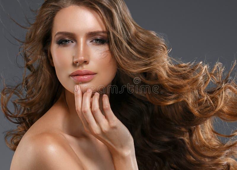 Cheveux noirs de femme de beauté longs Belle fille de modèle de station thermale avec la peau propre fraîche parfaite Femme de br image libre de droits