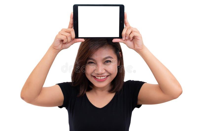 Cheveux noirs de jeune femme asiatique tenant la tablette sur la tête Femme à l'aide de la tablette numérique d'écran vide images libres de droits