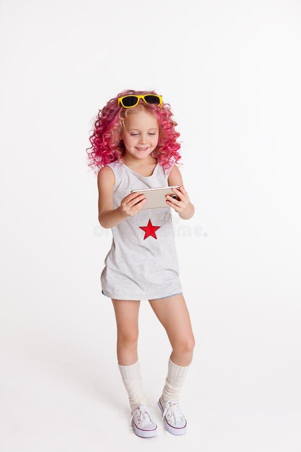 Cheveux onduleux colorés Ombre La petite fille moderne de hippie de mode vêtx, Selfie studio D'isolement sur le blanc images libres de droits