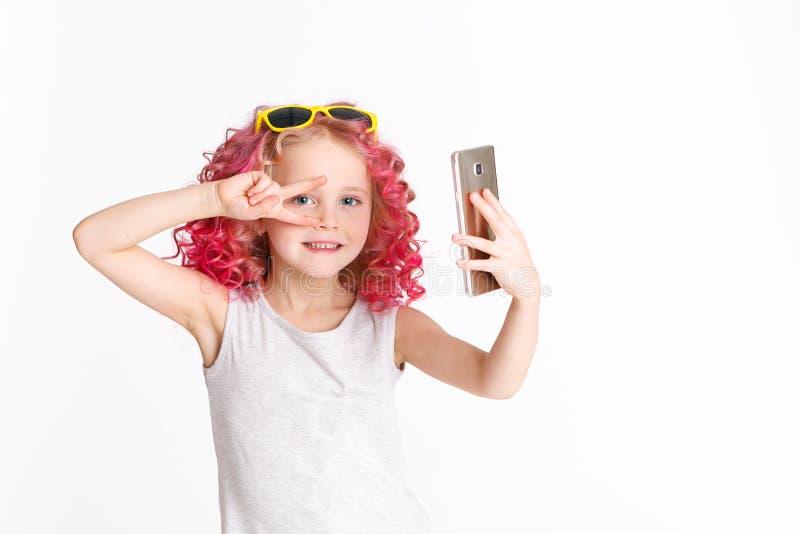 Cheveux onduleux colorés Ombre La petite fille moderne de hippie de mode vêtx, Selfie studio D'isolement sur le blanc image stock