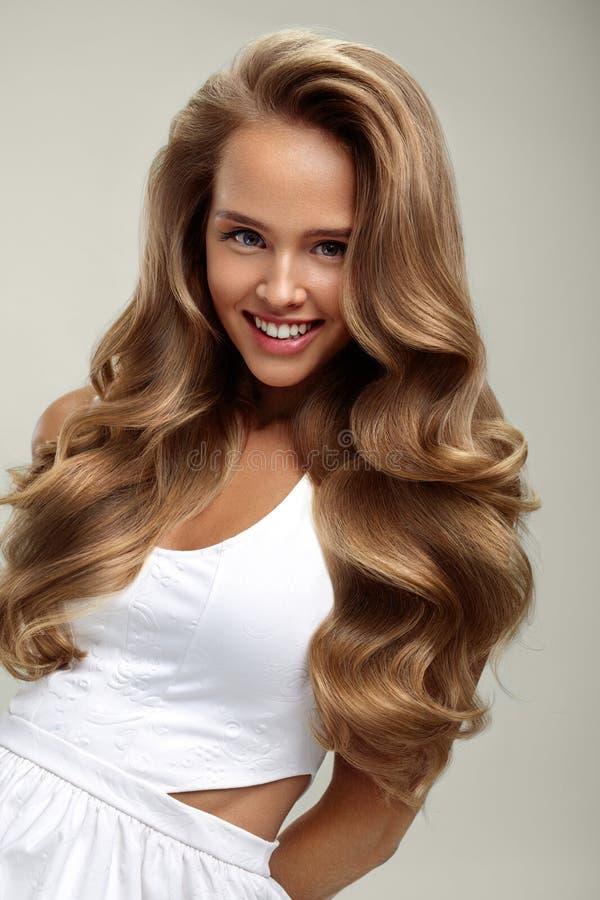 Cheveux parfaits Cheveux bouclés de With Long Blonde de beau modèle de femme photographie stock libre de droits