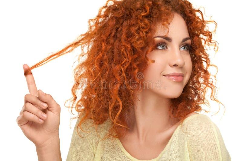 Cheveux rouges. Belle femme avec les cheveux bouclés. photos stock