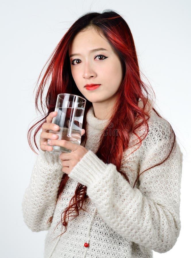 Cheveux rouges de femmes asiatiques longs de mode moderne photo stock