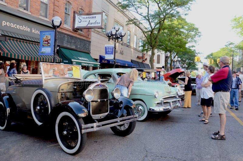 Chevrolet 1928 modelo de Ford A e 1950 2d de luxe fotografia de stock