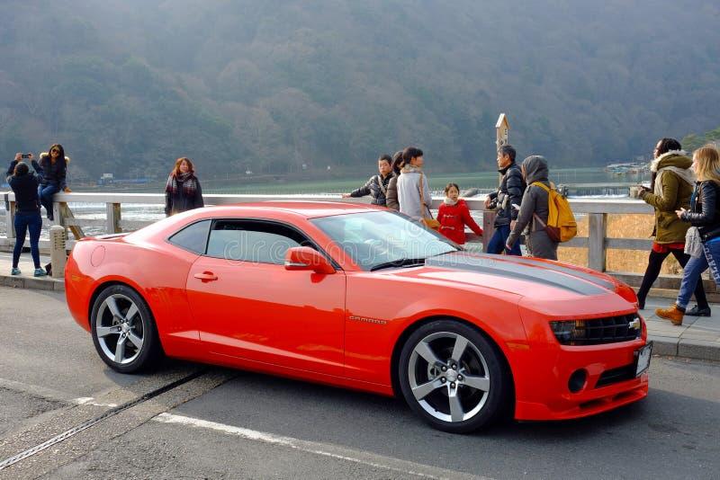 Chevrolet Camaro rouge à Kyoto photos libres de droits