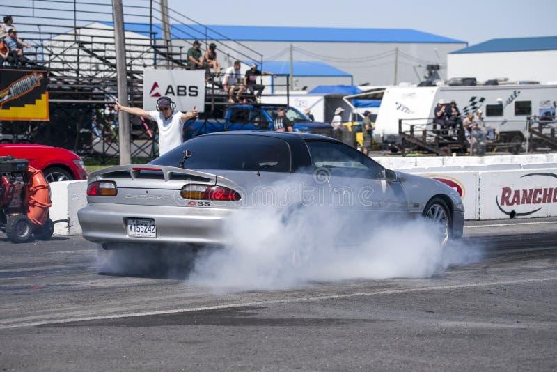 Chevrolet Camaro som gör en rök att visa på spåret arkivfoto