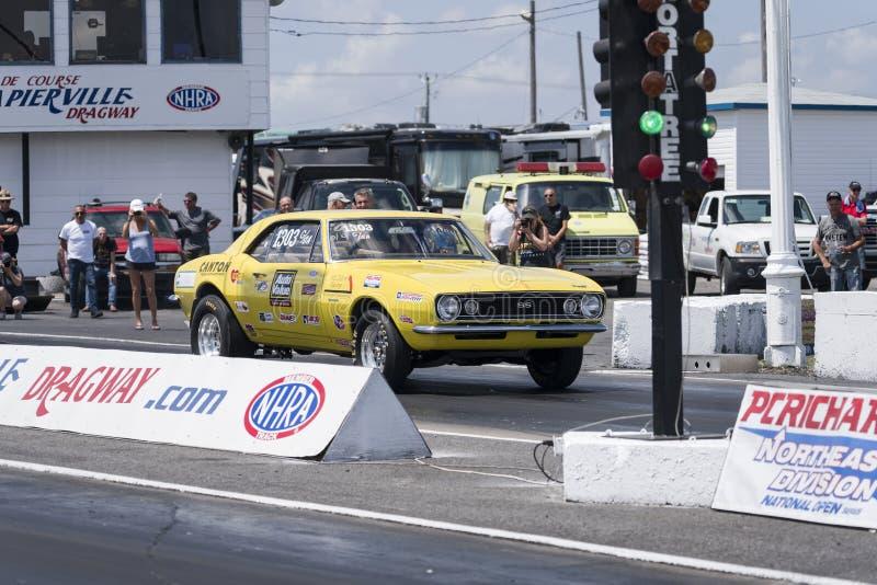 Chevrolet Camaro sulla pista di corsa fotografia stock libera da diritti