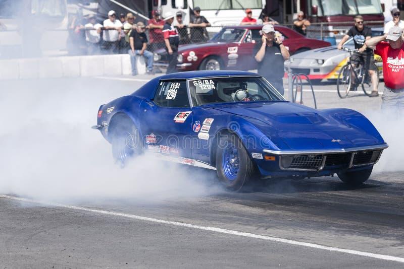 Chevrolet Corvette, das eine Rauchshow auf der Rennstrecke macht stockfotografie