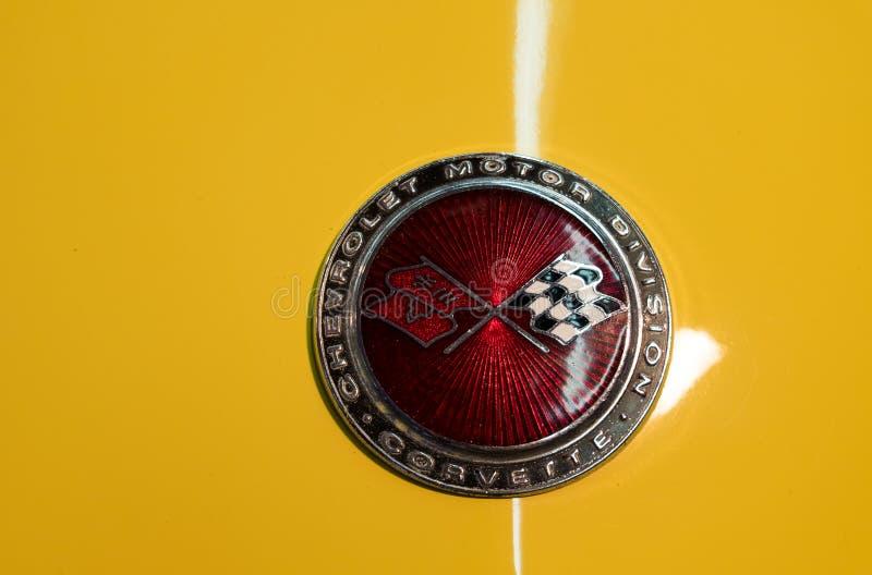 Chevrolet Corvette logo på gul bakgrund royaltyfria foton