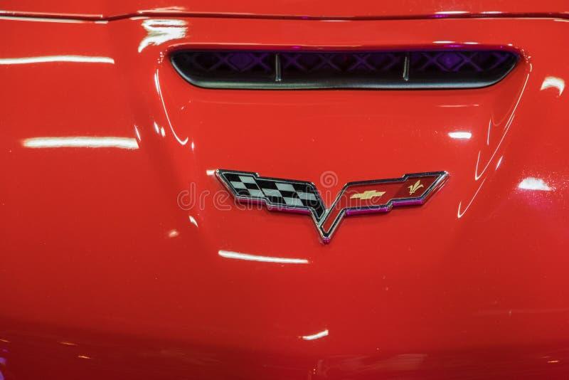 Chevrolet Corvette logo på röd bakgrund royaltyfri bild