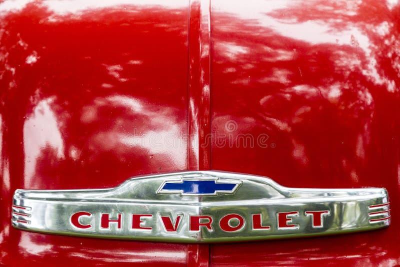 Chevrolet 3100 5 logotipo dianteiro da capa do camionete 1952 da janela imagens de stock royalty free