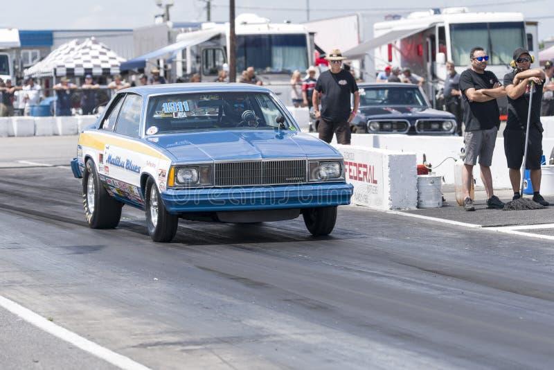 Chevrolet malibu en el circuito de carreras en la línea de salida foto de archivo libre de regalías