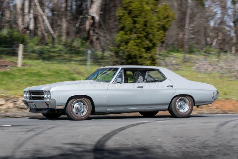 Chevrolet Malibu que conduce en la carretera nacional foto de archivo libre de regalías
