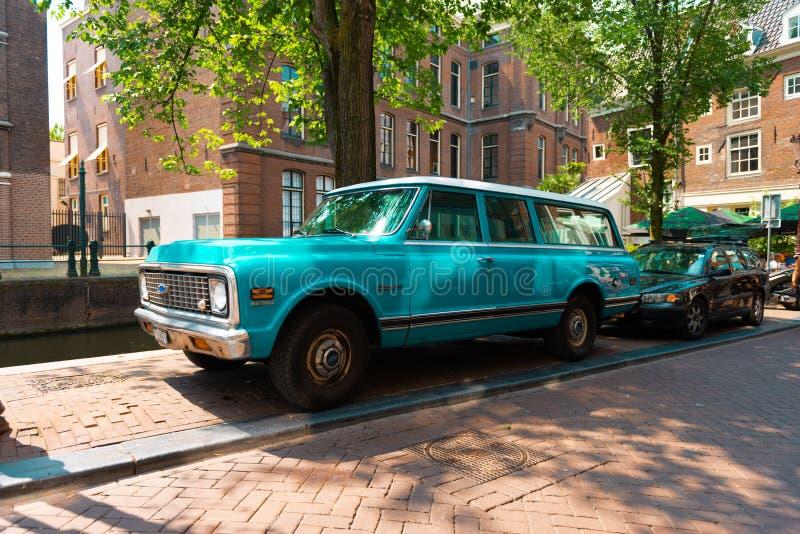 Chevrolet, Oldtimer estacionado no centro de Amsterdão fotografia de stock royalty free